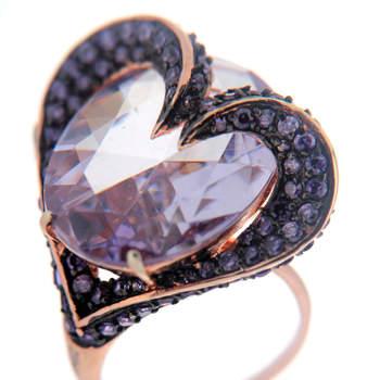 Elegimos doce joyas en forma de corazón de la firma Zenana para que regales a tu pareja este San Valentín. En la imagen: anillo con amatista chapado en oro rosado. Foto: Zenana