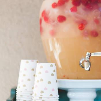 Dispensador de suco e copos com corações dourados. Credits: One Eleven Photography