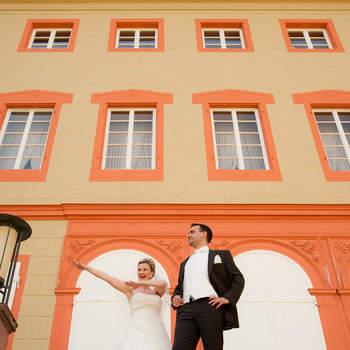 Kommentar des Fotografen: Dieses Bild ist im Sommer 2011 im Wormser Schloss entstanden. Wir haben jede Menge schöne Bilder gemacht und dann habe ich das Brautpaar zu ausgelassenen Posen animiert. So entstand dieses ausdrucksstarke, erfrischende und natürliche Bild.  Mehr von Ehrhard Klockner auf www.hochzeitsfotograf-erhard.de.