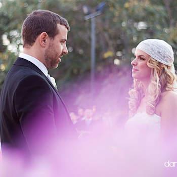 Las bodas al aire libre permiten a los fotógrafos jugar con la luz. Foto: Dani Alda.