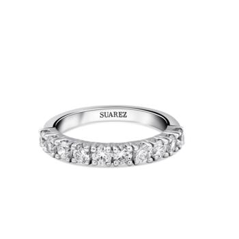 Alianza de compromiso media de oro blanco de 18 quilates con diamantes blancos talla brillante en garras con un total 1.10 quilates. Credits: Suarez