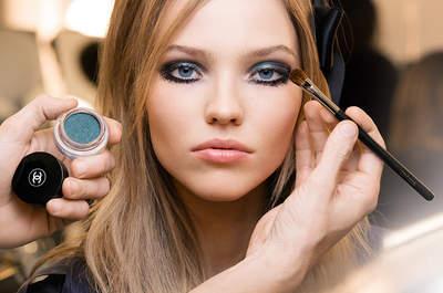 Makeup com sombra azul: tendência TOP 2017 da Semana de Moda de Alta Costura Paris