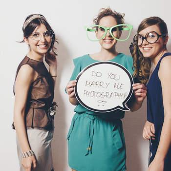 Gafas y pizarras, complementos indispensables en un photocall. ¿Te atarves a leer los mensajes? Foto: Fotocinedeboda