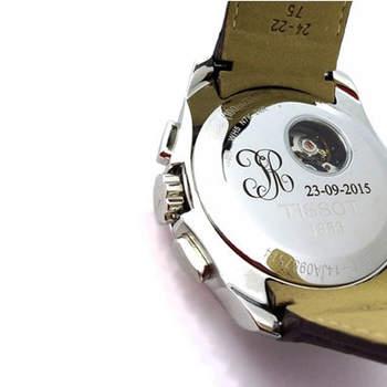 Reloj con grabado en el dorso. Credits: Grabados Álvarez