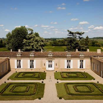Photo : Château Fombrauge - Niché en plein cœur d'un vignoble de Gironde, cette ancienne chartreuse datant du XVIIème siècle vous ouvre grand ses portes. «Tout est appréciable au Château. Son vignoble et le jardin raffiné, l'endroit est merveilleux !»