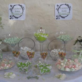Copas grandes en cristal soplado con almendras, caramelos y masmelos.