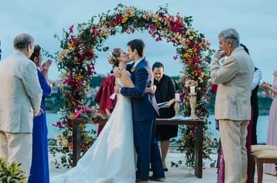 Destination wedding de Paty & Rodrigo: muitas flores em cenário deslumbrante de Búzios!