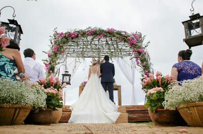 Casamento na praia de Gabriela e Raphael: decoração rústica com vista para o litoral de São Paulo!