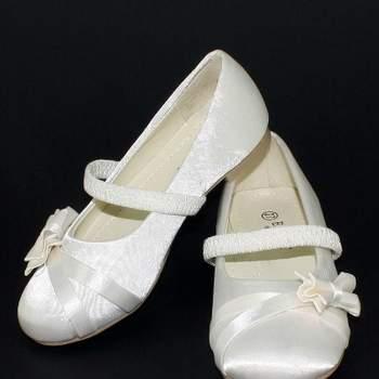 Ballerines de cérémonie Gina, ivoire satiné avec petit noeud sur le devant pour petite fille. Crédit photo: Boutique Magique