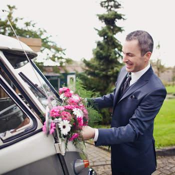 Sin duda estas furgonetas antiguas de Volskwagen son una gran opción si le quieres dar un aire retro a tu boda. Foto: 2Rings Trouwfotografie y Feestudio