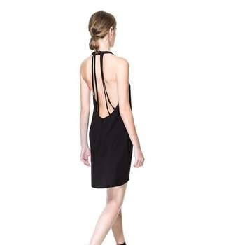 Vestido curto de Zara para convidadas de casamento com alças nas costas.