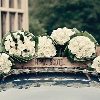 Detalle decorativo del coche nupcial.