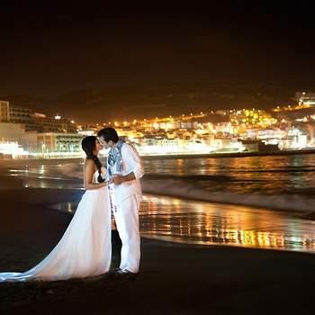 «Com o cair da noite, as luzes da cidade tornam Sesimbra um pano de fundo fantástico para um momento cúmplice entre os noivos à beira-mar! »  r2arte.blog.com