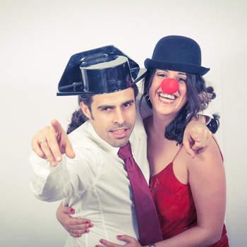 Los photocall no perdonan a los guardias civiles, también deben posar al lado de gente con nariz de payaso. Foto: Nano Gallego