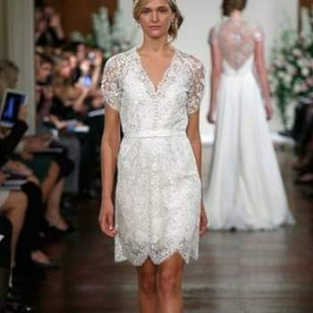 Jenny Packham levou à New York Bridal Fashion Week uma colecção de vestidos de noiva para o Outono 2013 marcada pela predominância da cor branca e pelas linhas fluidas a que a estilista já nos tem habituado, com pormenores meticulosamente pensados para tornar cada vestido num statement de classe e feminilidade.