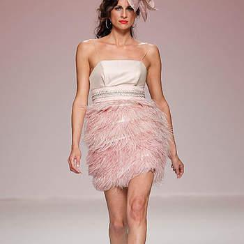 Vestido cóctel con falda de plumas en color rosa.  Foto: BBW / Cibeles Madrid Novias