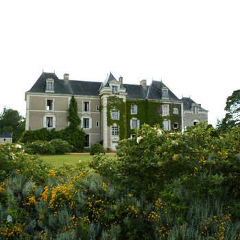 Photo : Château de Chambiers - Située entre la Vallée de La Loire et la Vallée du Loir, cette adresse s'inscrit en plein cœur de la forêt. Profitez autant que vous le pourrez de ce petit bijou et de son écrin de verdure.