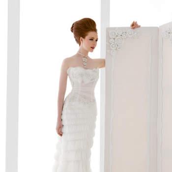 abito sposa di linea a sirena con corpino drappeggiato e preziosa gonna con volan di organza taglio vivo.