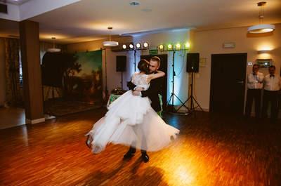 Sesja ślubna w dniu drzewa i naturalnie piękna uroczystość ślubna.