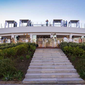 Bronzzzano es un Beach Club espectacular situado en una de las calas más hermosas de Estepona. Se encuentra situado en un acantilado y os ofrece un impresionante espectáculo con vistas al mar y a Marruecos, hecho que lo convierte en el sitio ideal para una boda de ensueño.