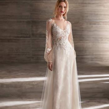 Un romántico vestido de manga larga que juega con transparencias, encajes y tul.