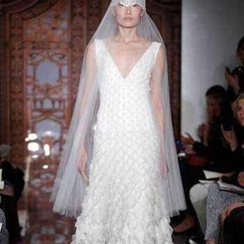 Parece existir uma tendência generalizada para aposta no branco imaculado nas colecções de vestidos de noiva Outono 2013. Do desfile de Reem Acra, destacamos a originalidade dos véus e a aposta em vários modelos curtos.