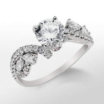 Anillo de compromiso de platino, con giro frontal y un opulento pavé de diamantes. Foto: Blue Nile