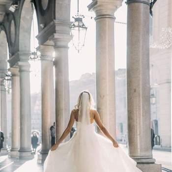 Atelier Elena Pignata : l'abito da sposa classico e di grande raffinatezza, con ampia gonna , corpetto rigido e un lungo velo.