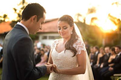 """Casamento campestre de Fernanda & Ronir: decoração delicada e cerimônia """"dourada"""" pelo pôr do sol"""