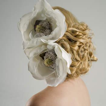 Este par de magnolias en seda son el complemento ideal para las chicas que aman las flores. Sus centros con pistilos mantienen el look de novia pero sus centros naturales dejan a la imaginación que son flores naturales.