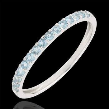Este anillo compuesto por una sutil mezcla de oro blanco de 9 quilates y 15 topacios de un total de 0,3 quilates, hará las delicias de las novias que buscan algo azul para su boda. Foto: Edenly.  http://tinyurl.com/cq9gllu