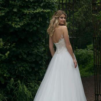 Modelo 44052, vestido de novia con corpiño de encaje y escote halter