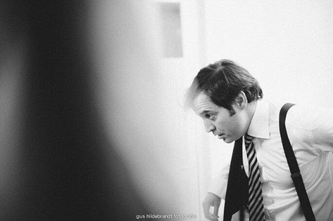 La cravate du marié s'accorde aux couleurs du mariage - Photo : Gus Hildebrandt