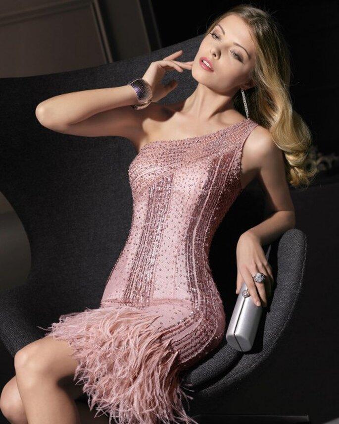 Vestido de fiesta corto en color rosa con escote asimétrico y flequillos en la falda - Foto Aire Barcelona
