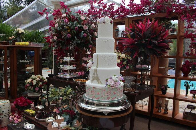 Tendência: modelos mais modernos, bolo mais finos estilo tubinho com muitas flores de açúcar