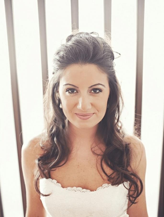 Für die romantische Braut: Brautfrisur mit halb hochgestecktem Haar. Foto: Fran attitudefotografia.com