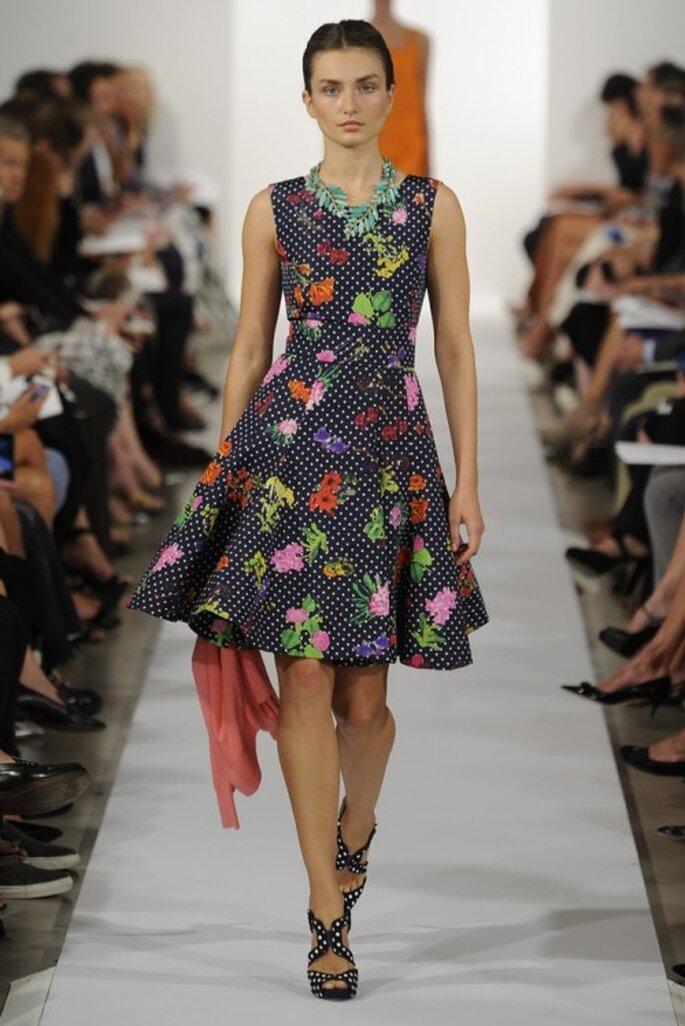 Vestido de fiesta en color oscuro con estampado multicolor de flores y falda amplia - Foto Oscar de la Renta