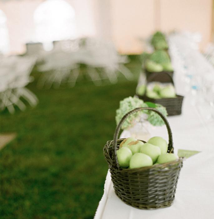 Centros de mesa hechos con fruta en canasta de mimbre - Foto Jen Lynne