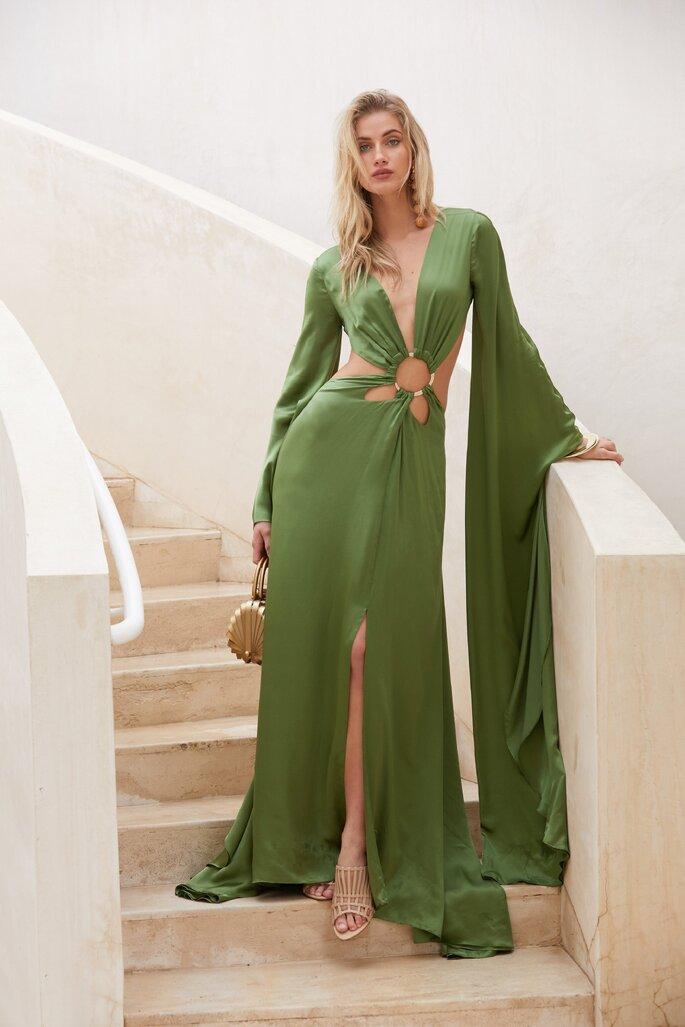 Vestido de fiesta verde cut out con hebilla en la cintura, mangas voluminosas y falda con abertura