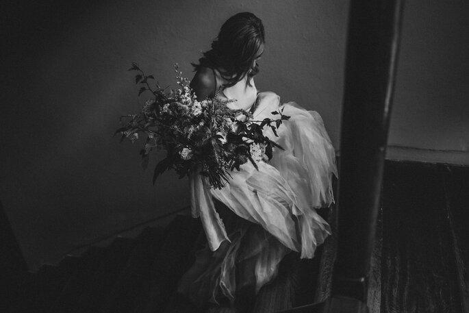 Braut die Treppe hoch steigend mit Brautstrauß