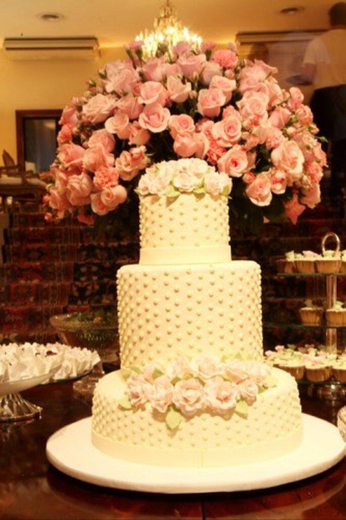Pastel de bodas con detalles rosas. Foto de Boutique de 3