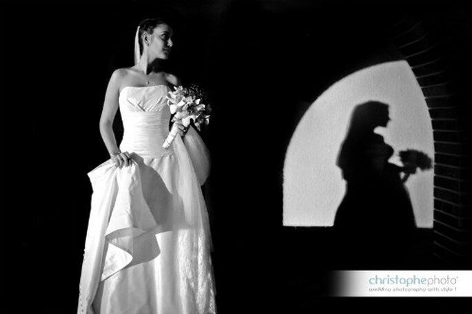 La novia Laura luciendo un hermoso vestido con escote palabra de honor. Foto: christopheweddingphoto.com