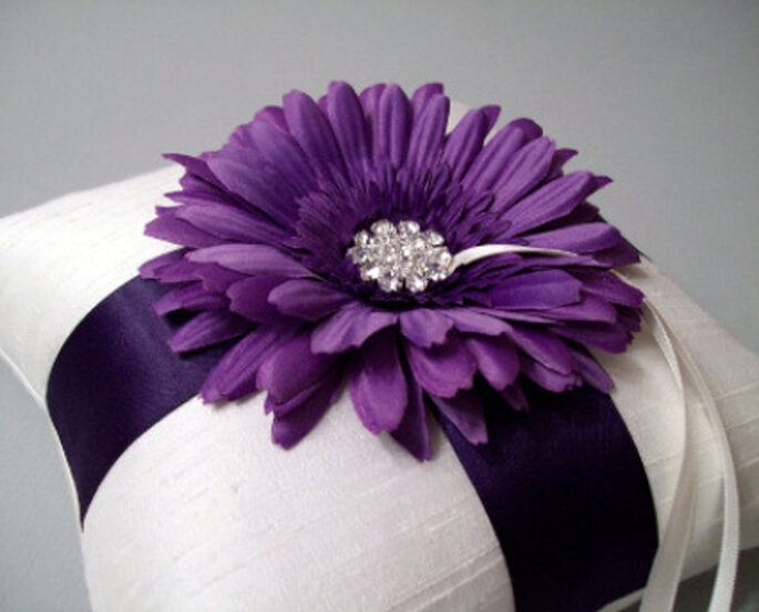 Cojín porta alianzas con adorno floral
