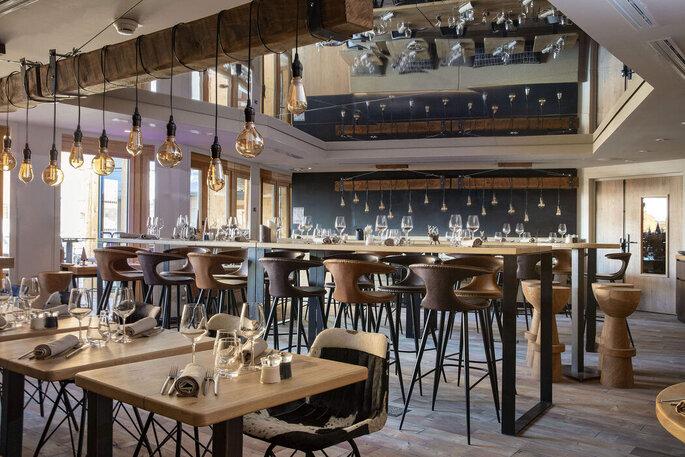 Salle moderne d'un restaurant pour un dîner de mariage exceptionnel