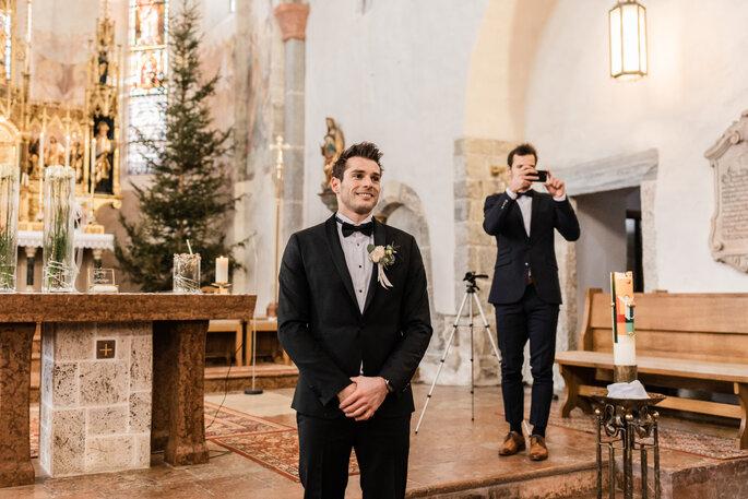 Kirchliche Trauung. Bräutigam wartet gespannt auf seine Braut