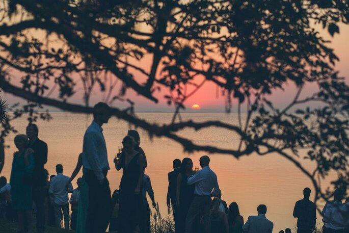 Festa de casamento ao pôr-do-sol