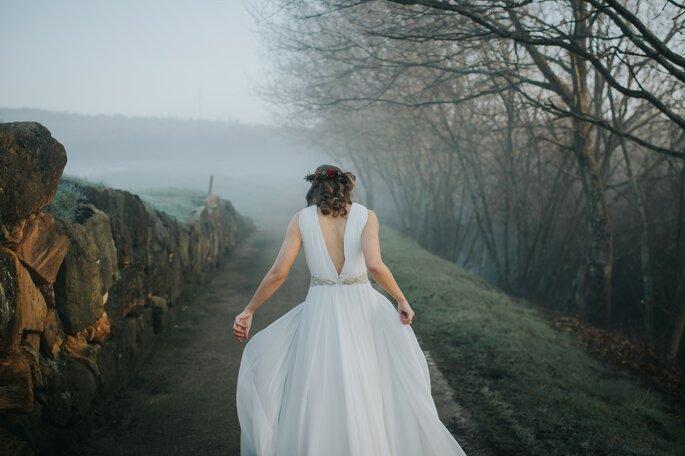noiva de costas em ambiente de nevoeiro campo floresta