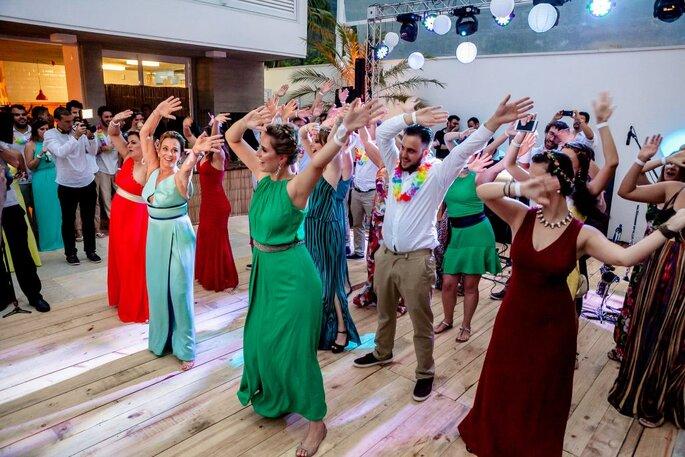 Convidados animados em pista de dança