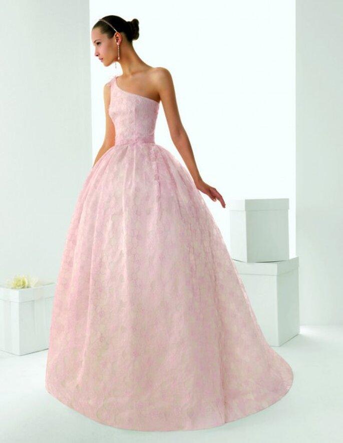 Vestido de novia de un hombro con encaje en color rosa - Foto Rosa Clará
