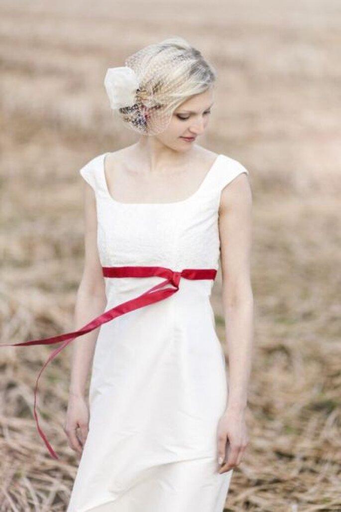 Brautkleid Lilli mit zarter Bestickung und pinkrotem Band